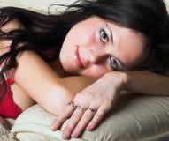 Modèle sexy de femelle de lingerie photos stock