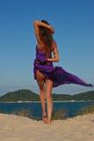 Modèle sexy sur la plage avec le sarong pourpré Photos stock