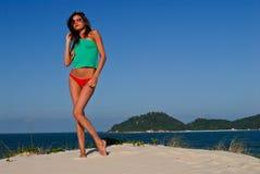 Modèle sexy sur la plage dans le bikini rouge Photos libres de droits