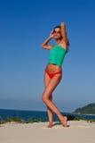 Modèle sexy sur la plage dans le bikini rouge Images libres de droits