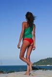 Modèle sexy sur la plage dans le bikini rouge Photographie stock libre de droits
