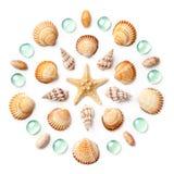 Modèle sous forme de cercle fait de coquilles, étoiles de mer et perles en verre vertes d'isolement sur le fond blanc photos stock