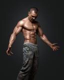 Modèle sportif fort Torso de forme physique d'homme montrant six ABS de paquet Images stock