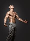 Modèle sportif fort Torso de forme physique d'homme montrant six ABS de paquet Images libres de droits