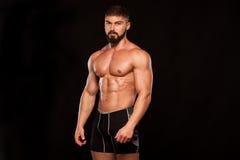 Modèle sportif fort Torso de forme physique d'homme montrant six ABS de paquet D'isolement sur le fond noir avec Copyspace images libres de droits