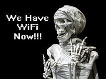 Modèle squelettique de l'homme avec l'inscription nous avons le wifi maintenant Le concept de après la mort la vie après la mort  photos libres de droits