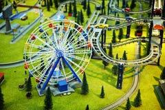 Modèle - stationnement avec une roue et un chemin de fer de Ferris images libres de droits