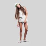 Modèle sur un style gris de la jeunesse de fond Photographie stock