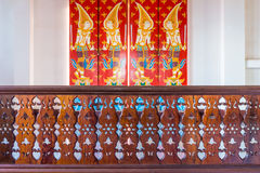 Modèle thaïlandais de vintage et conception perforée sur la rampe en bois photos stock