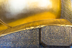 Modèle traditionnel thaïlandais sur l'oreiller de la stat étendue d'or de Bouddha Photo stock