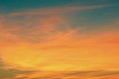 Modèle unique de coucher du soleil sur un ciel bleu Photos libres de droits