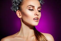 Modèle voluptueux avec le beau maquillage sur le fond pourpre Images libres de droits