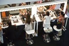 Modèles à une présentation de la société cosmétique AMWAY à Bangkok Photo stock