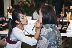 Modèles à une présentation de la société cosmétique AMWAY à Bangkok Image stock