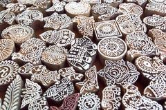 Modèles, éléphant, symboles sur la surface en bois des blocs de moule pour le textile traditionnel d'impression Conception popula Photo libre de droits
