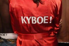 Modèles étant prêts à l'arrière plan avant le KYBOE ! défilé de mode Photographie stock libre de droits