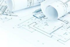 Modèles architecturaux de plans et de petit pain de projet, crayon et règle photo stock