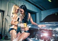 Modèles au lavage de voiture dans le garage. Images stock
