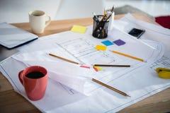 Modèles avec des fournitures de bureau et des tasses de café sur la table Images libres de droits