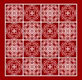 Modèles blancs de dentelle de vintage sur le fond rouge, tuile ornementale répétitive en filigrane Photographie stock libre de droits