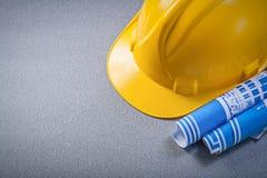 Modèles bleus de casque antichoc sur le concept gris de construction de fond Photos stock