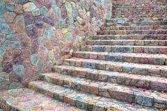 Modèles colorés des escaliers et des murs décorés des pierres Images stock