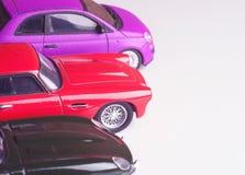 Modèles d'échelle des voitures sur un fond blanc Image stock