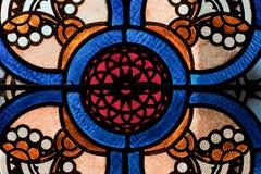 Modèles dans la fenêtre en verre teinté d'église Photographie stock
