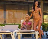 Modèles de bikini au lever de soleil Photographie stock