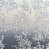 Modèles de Frost sur le verre de fenêtre au lever de soleil d'hiver photos stock