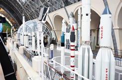 Modèles de fusées de l'espace dans le musée images stock