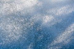 Modèles de glace sur une rivière congelée Image libre de droits
