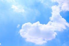 Modèles de groupes de nuage avec la réflexion sur le fond bluesky vif photos stock