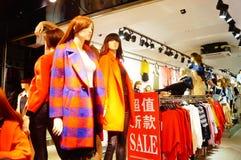 Modèles de plastique de magasin de mode photographie stock libre de droits