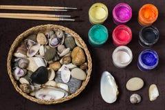 Modèles de point peints à la main sur des cailloux et des coquilles de mer Étape 1 Photos stock