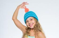 Modèles de tricotage Free Les chapeaux tricotés des enfants Fond heureux de blanc de visage de longs cheveux de fille Doux chaud  images libres de droits