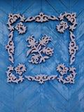 Modèles en bois roses sur le fond en bois bleu Photographie stock