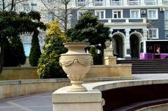 Modèles est sur des pierres Vase en pierre Photos libres de droits