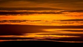 Modèles et texture abstraits des nuages d'or au coucher du soleil au-dessus de Belgrade Photographie stock libre de droits