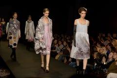 Modèles femelles dans le podiume (semaine russe de mode) Photo libre de droits