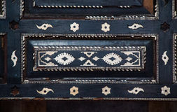 Modèles floraux de tabouret sur le bois Photo stock