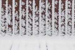 Modèles géométriques abstraits sur un banc neigeux Images libres de droits