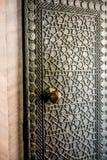 Modèles géométriques de tabouret sur des portes en métal Photographie stock libre de droits