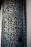 Modèles géométriques de tabouret sur des portes en métal Photo stock