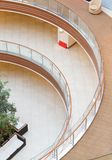 Modèles géométriques des balcons à multiniveaux dans l'architecture d'un bâtiment vide de centre commercial Photos stock