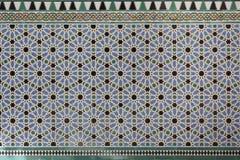 Modèles géométriques islamiques mauresques à l'intérieur de palais Photos stock