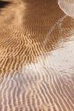 Modèles naturels de sable en plage Photos stock
