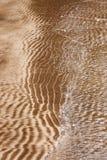 Modèles naturels de sable en plage image stock