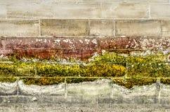 Modèles posés sur des murs d'un quai images stock
