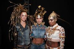 Modèles posant à l'arrière plan avant le défilé de mode de Desigual Image libre de droits